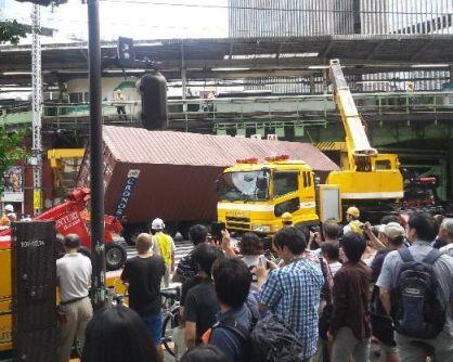 有楽町駅近くの高架橋に大型トレーラー突っ込む
