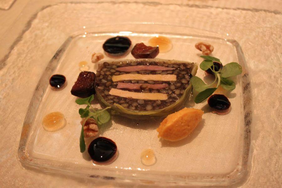 鴨胸肉、フォアグラ、レンズ豆のテリーヌ 柿のビュレとバルサミコソース添え